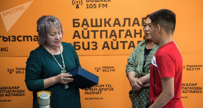 17-летний Дастан Камчыбеков с атрофией зрительного нерва, который мечтал оказаться в радиостудии побывал в качестве ведущего на радио Sputnik Кыргызстан