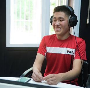 17-летний Дастан Камчыбеков на радиостудии Sputnik Кыргызстан