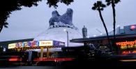 Кукла гигантской Годзиллы, выходящая через крышу купола Синерама в Голливуде. Фильм Годзилла, король монстров выйдет 31 мая 2019 года