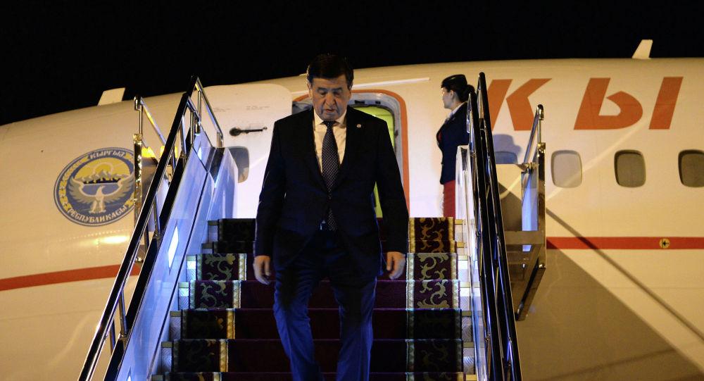 Президент КР Сооронбай Жээнбеков спускается с борта №1. Архивное фото