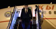Президент КР Сооронбай Жээнбеков спускается с трапа самолета. Архивное фото