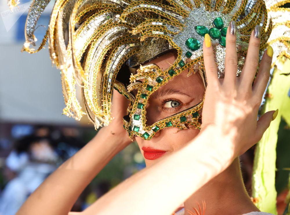 Карнавальное шествие в Сочи (Россия), посвященное открытию курортного сезона