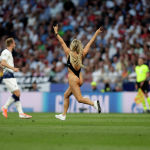 Америкалык модель Кинси Волански Чемпиондор лигасында Тоттенхэм менен Ливерпуль командаларынын финалдык оюнунда футбол аянтына жарым жылаңач чуркап чыкты
