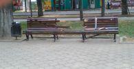 Белгисиз бирөөлөр Бишкек шаарындагы Жаш Гвардия проспектисиндеги отургучту талкалап кетишти