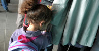 Девочка с матерью в детском саду. Архивное фото
