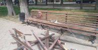 Сотрудники МП Тазалык чинят сломанную скамейку на проспекте Молодой Гвардии в Бишкеке