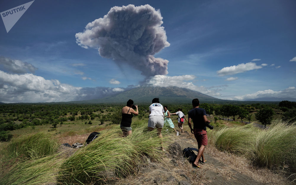 Вулкан Агунг на востоке индонезийского острова Бали изверг поток лавы длиной около трех километров. Начало активности вулкана было зафиксировано 21 ноября 2017 года. В настоящее время в районе вулкана действует третий уровень опасности по четырехбалльной шкале. К нему запрещено приближаться на расстояние менее четырех километров.