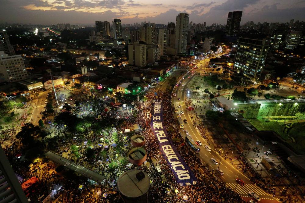 Демонстрация против сокращения бюджета на образование в Бразилии
