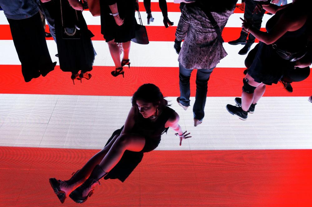 Модель на презентации коллекции американского дизайнера Александра Вана в Нью-Йорке