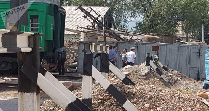 Сотрудники милиции на месте взрыва в котельной на улице Панфилова в Бишкеке