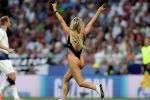 Чемпиондор лигасынын финалдык оюнунда талаага жарым жылаңач чуркап чыккан модель Кинси Волански