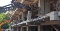 Ош шаарында Масалиев көчөсүндө курулуп жаткан көп кабаттуу үй түрттүрүлүп жатат. Жеринде атайын техника иштеп жатканын Sputnik агенттигинин аймактык кабарчысы билдирди.