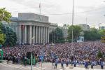 Горожане на айт-намазе по случаю окончания священного месяца Рамазан на Старой площади в Бишкеке