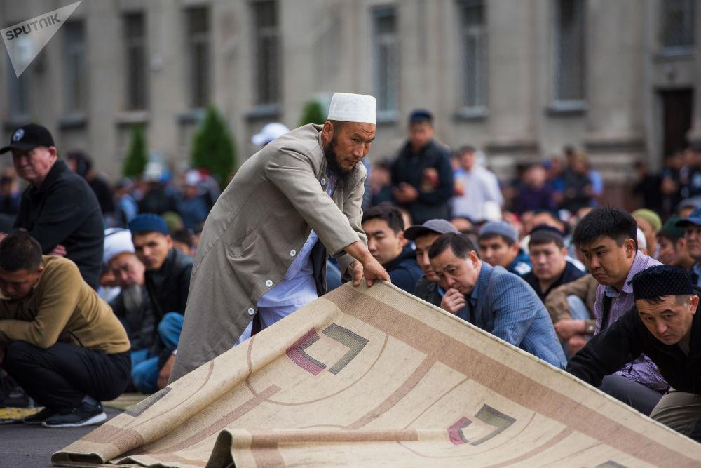 Намаз окууга муфтият менен мэрия болушунча шарт түзүүгө аракет кылды