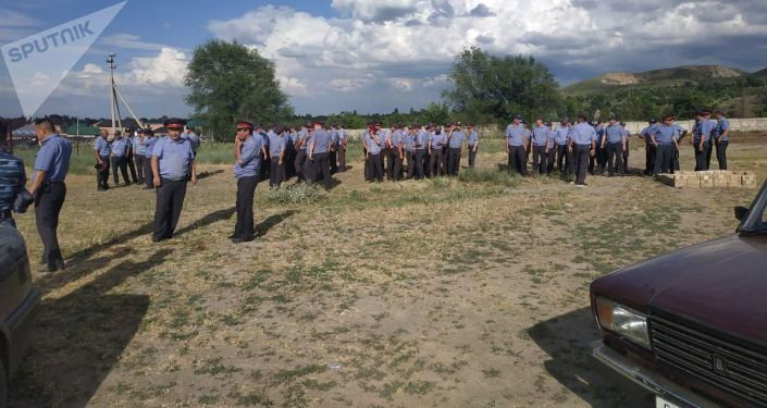 Сотрудники милиции на месте массовой драки в селе Орок Сокулукского района