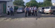Сотрудники милиции на месте конфликта между местными жителями в селе Орок Сокулукского района