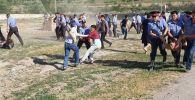 Сотрудники милиции задерживают потасовщиков на месте конфликта между местными жителями в селе Орок Сокулукского района