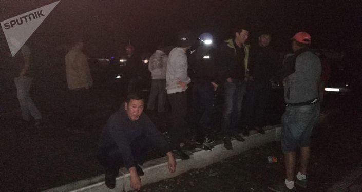 Около Сокулукского РОВД находятся около 100 жителей села Орок