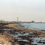 Жээгин нефть каптаган пляж. Кувейт менен Сауд Аравиясынын чек арасындагы жер