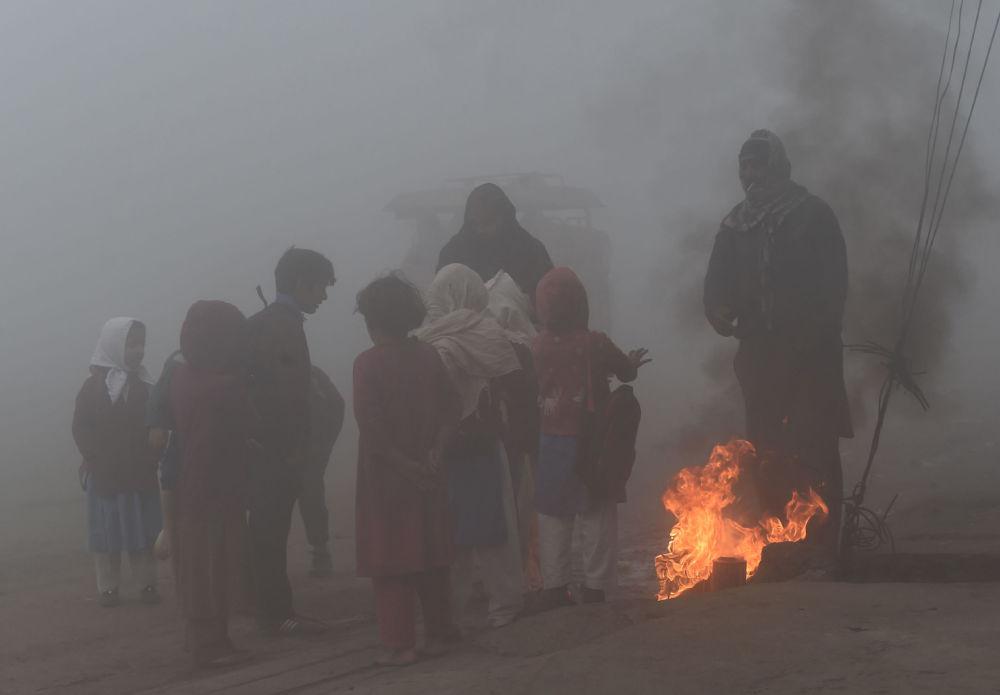 Пакистандагы окуучулар Лахор шаарында отко жылынууда