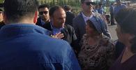 Посол Турции Женгиз Камиль Фырат в селе Орок Чуйской области, где произошли беспорядки.