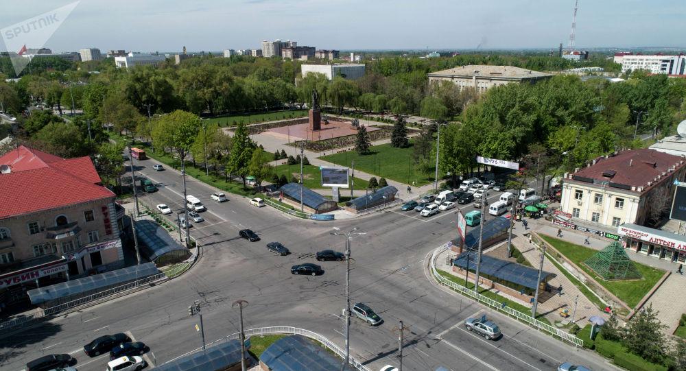Автомобили а пересечении улицы Байтик-Баатыра и проспекта Чуй в Бишкеке. Архивное фото