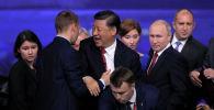 Президент Китая Си Цзиньпин приветствует участников, так же президент России Владимир Путин и президент Болгарии Румен Радев стоят рядом после заседания Петербургского международного экономического форума (ПМЭФ). Россия, 7 июня 2019