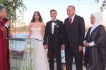 Реджеп Тайип Эрдоган побывал на свадьбе футболиста лондонского клуба Арсенал Месута Озила и его избранницы, шведской модели турецкого происхождения Амине Гюльше — президент и его супруга выступили в качестве свидетелей бракосочетания.