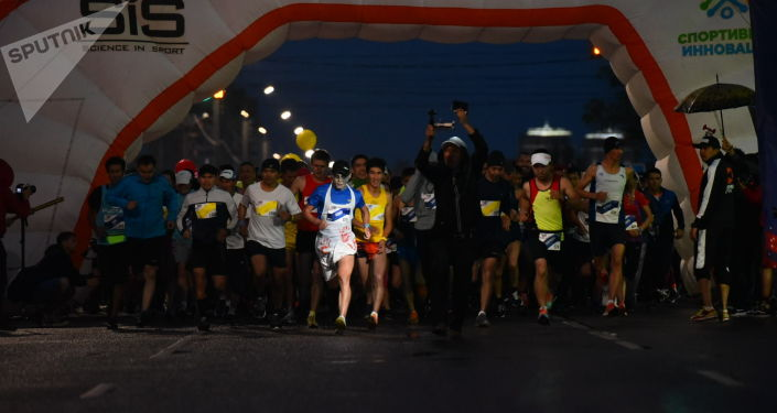 Участники ночного забега Toyboss Night Run в Бишкеке
