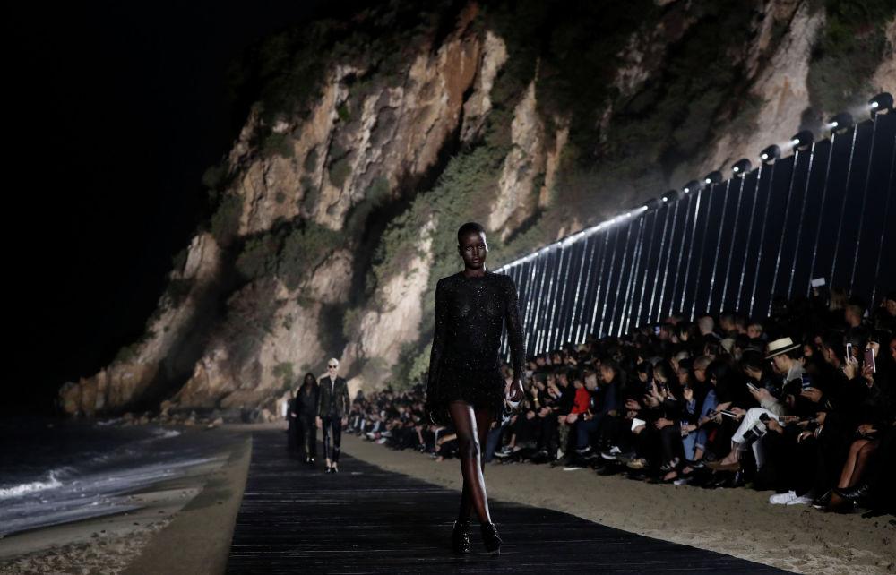 Модель на показе коллекции французского бренда Saint Laurent в Сен-Лоран на пляже Парадайз-Коув в Малибу, Калифорния. США, 6 июня 2019 года.