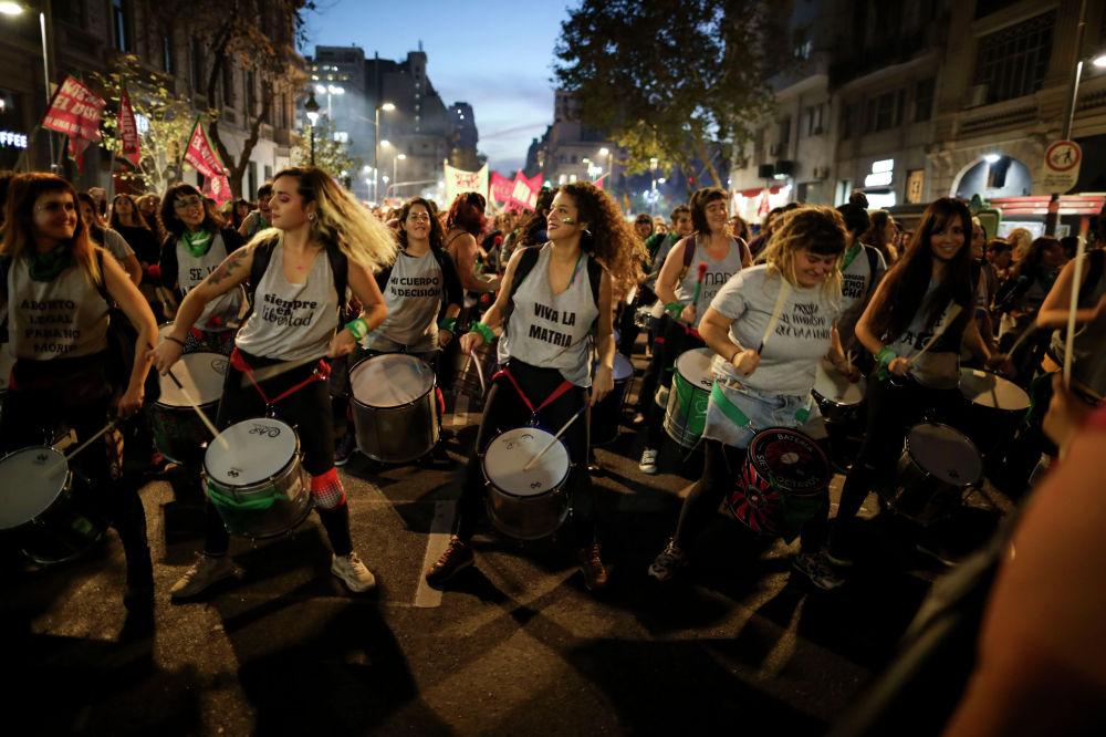 Женщины играют на барабанах во время акции протеста против гендерного насилия в Буэнос-Айресе. Аргентина, 3 июня 2019 года.