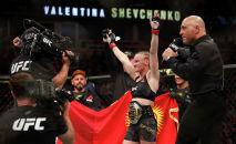 Валентина Шевченко празднует победу после боя. Архивное фото