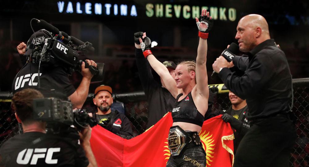 Валентина Шевченко празднует победу во время поединка за титул в полусреднем весе. Архивное фото