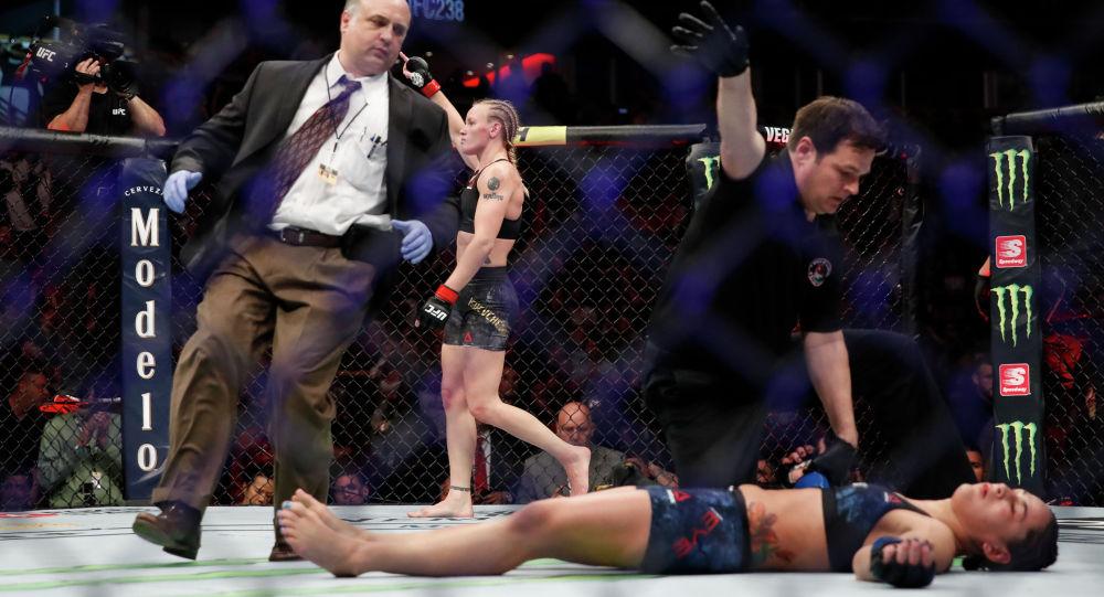Чемпионка UFC из Кыргызстана Валентина Шевченко после победы над представительницей США Джессикой Ай. Архивное фото