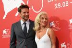 Голливуд актеру жана режиссер Брэдли Купер жана ырчы Леди Гага. Архивдик сүрөт