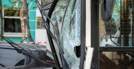 Разбитое лобовое стекло автобуса. Архивное фото