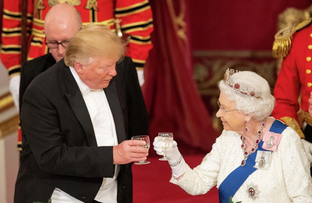 Президент США Дональд Трамп и британская королева Елизавета поднимают бокалы на государственном банкете в Букингемском дворце в Лондоне. Великобритания, 3 июня 2019 года.