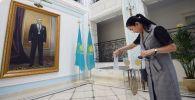 Женщина голосует на внеочередных выборах президента Казахстана в посольстве Казахстана в Москве.