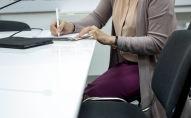 Женщина пишет в тетради. Архивное фото