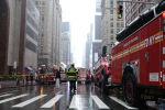 Спасатели и пожарные на месте крушения вертолета в центре Манхэттена в Нью-Йорке. 10 июня 2019 года