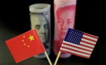 Флаги США и Китая на фоне денежных купюр. Архивное фото
