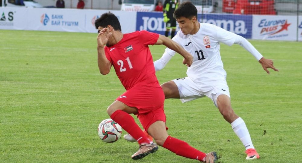 Футболисты во время товарищеского матча между сборными Кыргызстана и Палестины