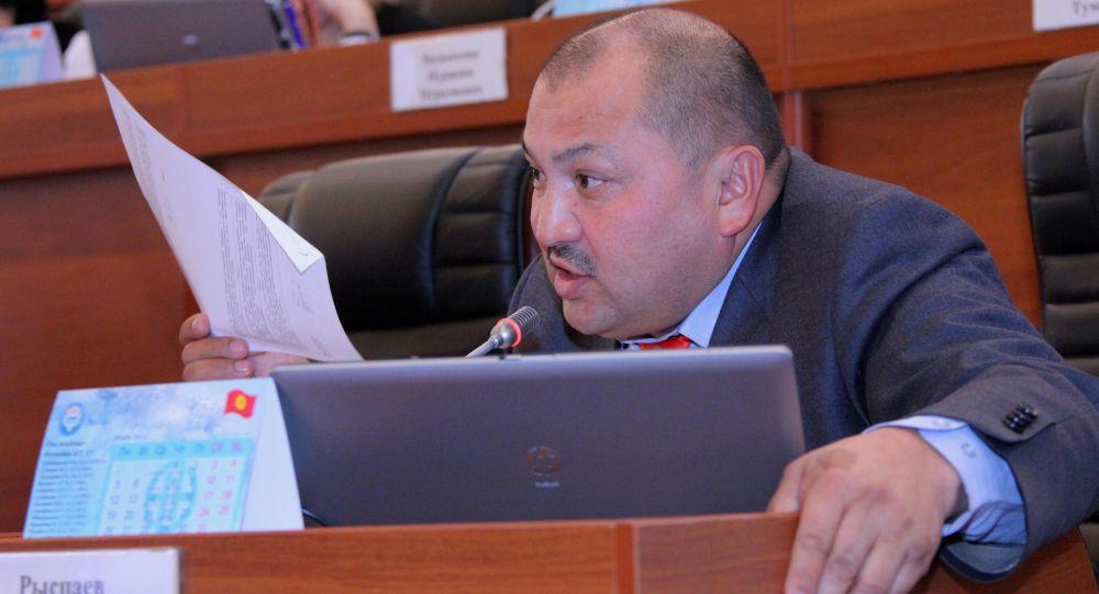 Депутат ЖК 6 созыва от фракции СДПК Кожобек Рыспаев во время заседания. Архивное фото