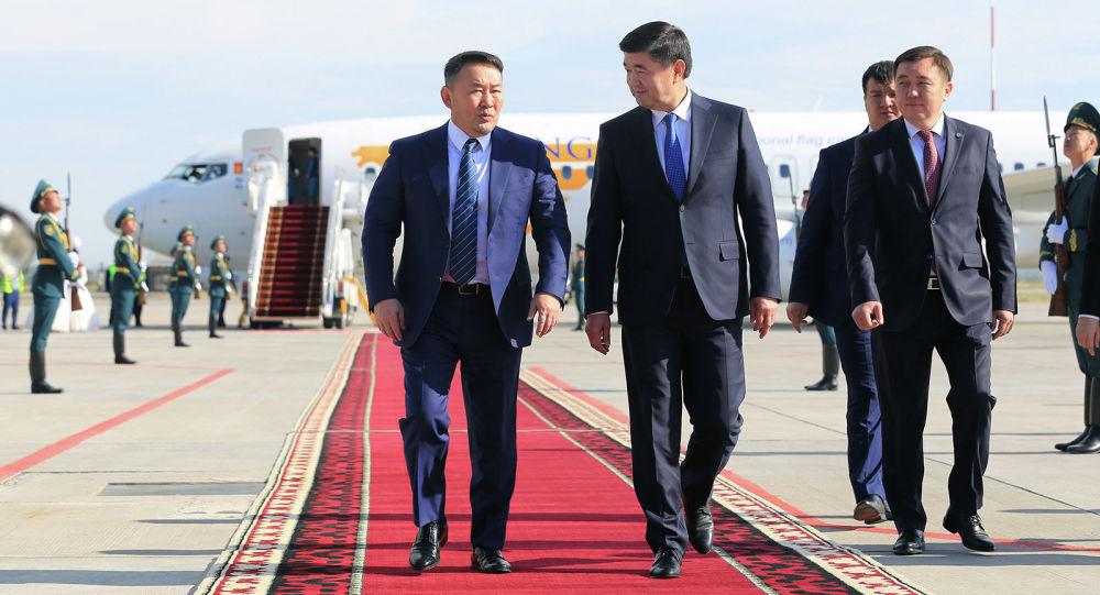 Президент Монголии Халтмаагийн Баттулга сегодня прибыл в Кыргызстан с официальным визитом.  Его встретил премьер-министр КР Мухаммедкалый Абылгазиев.