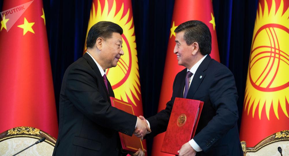 Президент КР Сооронбай Жээнбеков и председатель КНР Си Цзиньпин во время встречи в государственной резиденции Ала-Арча в Бишкеке