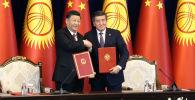 Си Цзиньпин приехал в госрезиденцию Ала-Арча, не опоздав ни на минуту. Его встретил президент КР Сооронбай Жээнбеков. В ходе переговоров лидеры двух стран, что называется, сверили часы.