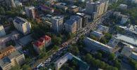 По центральным улицам Бишкека сейчас пропускают кортежи глав государств ШОС, прибывших на саммит. Между тем на других трассах образовались сильные заторы.