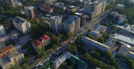 Бишкектин борбордук көчөлөрүндө ШКУ саммитине келген президенттердин кортежи өтүп жатат. Бул аралыкта башка көчөлөрдө унаа тыгыны жаралды.