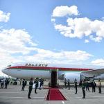 Түштөн кийин президенттер биринин артынан бири келип жатты. Белоруссиянын президенти Александр Лукашенконун Boeing 767-300 үлгүсүндөгү учагы келип конду. Белоруссиянын башчысын аэропорттон премьер-министр Мухаммедкалый Абылгазиев кабыл алды.