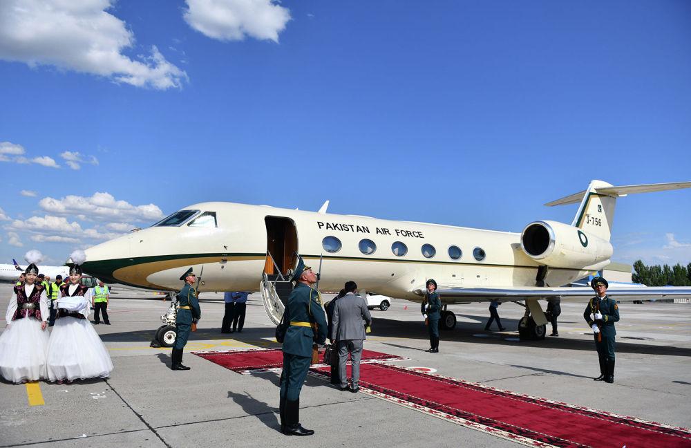 Ал эми Пакистандын премьер-министри Имран Ханды вице-премьер Замирбек Аскаров тосуп чыкты. Анын учагынын үлгүсү Gulfstream G450 экени белгилүү болду.